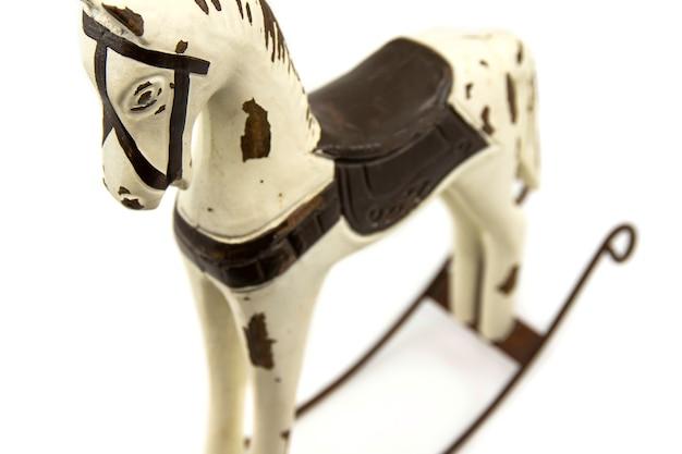 Brinquedo de cavalo de balanço de madeira em um fundo branco