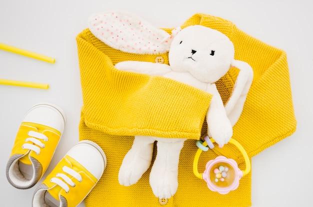 Brinquedo de coelho vista superior com camisola amarela