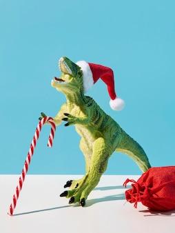 Brinquedo de dinossauro com doce de natal