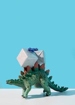 Brinquedo de dinossauro com presentes