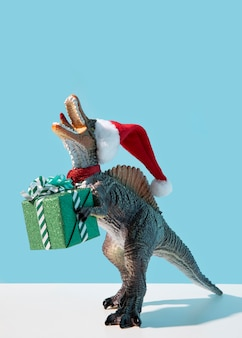 Brinquedo de dinossauro segurando um presente