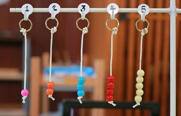 Brinquedo de educação para crianças conta o número. objeto de aprendizado suspenso.