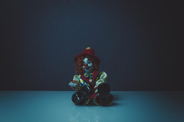 Brinquedo de horror palhaço na mesa branca