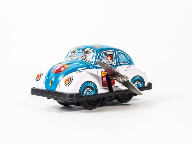 Brinquedo de lata de carro em fundo branco
