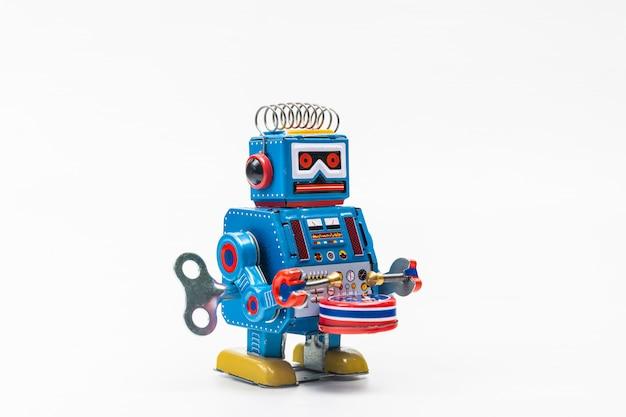 Brinquedo de lata de robô no fundo branco