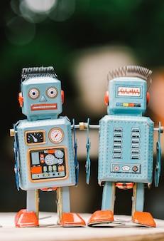 Brinquedo de lata de robô vintage em fundo yello