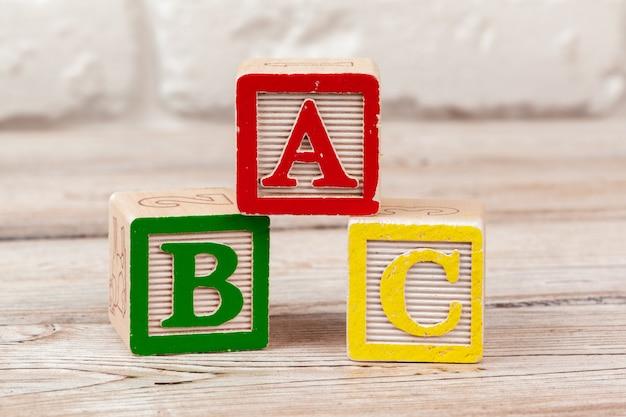 Brinquedo de madeira blocos com o texto: abc