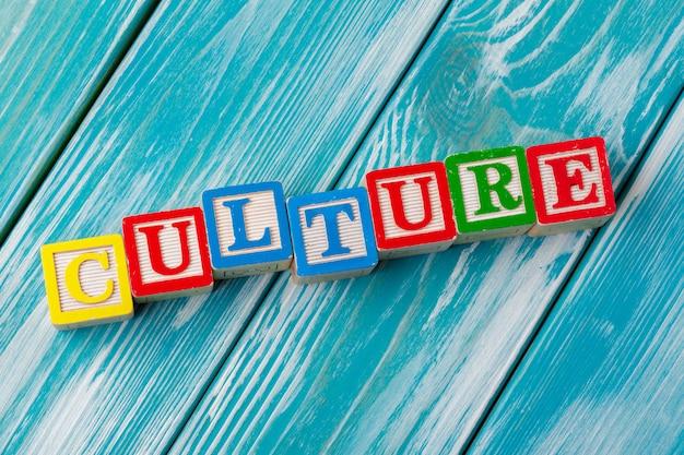 Brinquedo de madeira blocos com o texto: cultura
