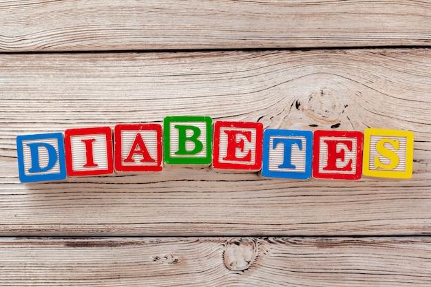 Brinquedo de madeira blocos com o texto: diabetes