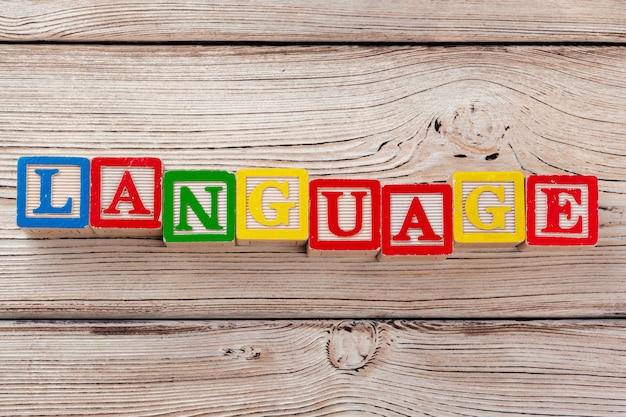 Brinquedo de madeira blocos com o texto: idioma