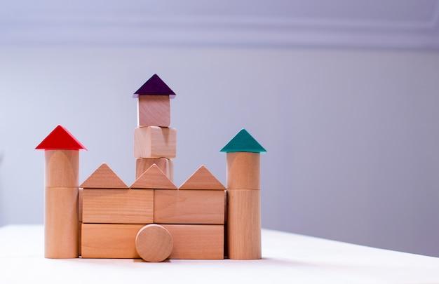 Brinquedo de madeira colorido brilhante dos blocos. crianças dos tijolos que constroem a torre, castelo, casa.