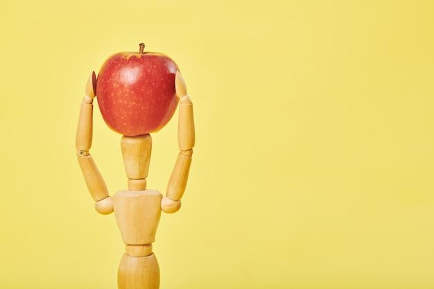 Brinquedo de madeira com maçã