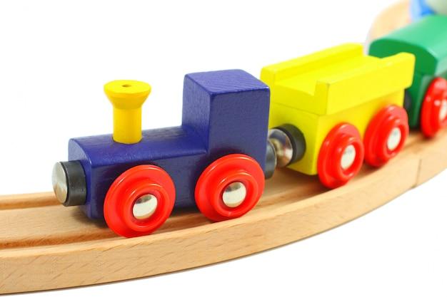 Brinquedo de madeira do trem nos trilhos isolados no branco