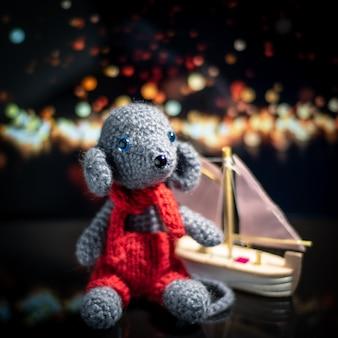 Brinquedo de malha artesanal. brinquedo de rato amigurumi. bichos de pelúcia de crochê. o rato está em croché com o navio.