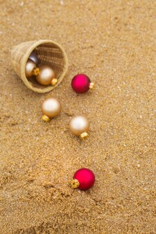 Brinquedo de natal em uma praia de areia à beira-mar