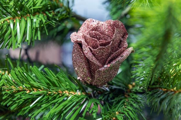 Brinquedo de natal subiu nos galhos de uma árvore de natal artificial.