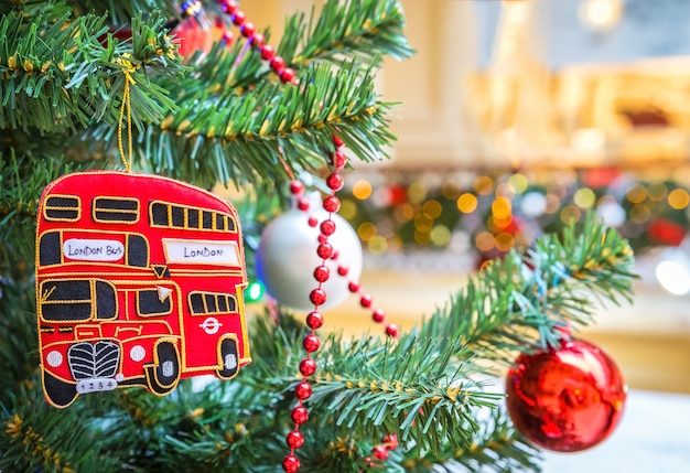 Brinquedo de ônibus de dois andares e bola de natal na árvore de natal