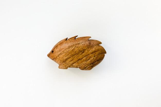 Brinquedo de ouriço de madeira feito à mão orgânico isolado no branco