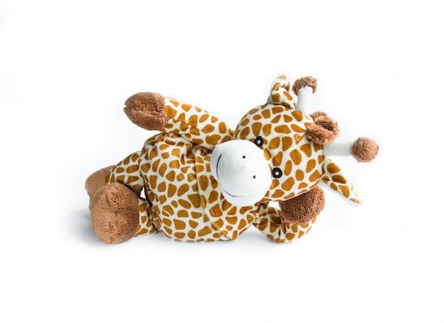 Brinquedo de pelúcia branco e browngiraffe isolado em um fundo branco