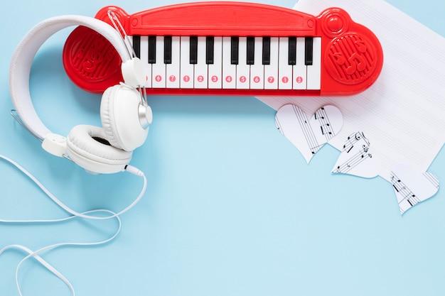 Brinquedo de piano de vista superior com fone de ouvido