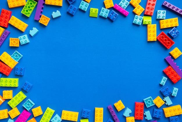 Brinquedo de quebra-cabeça para criança no conceito de educação criativa em lay plana