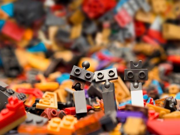 Brinquedo de simulação de robô. conceito de felicidade familiar.