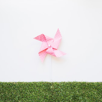 Brinquedo de vento girando na grama