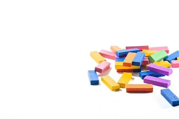 Brinquedo do bloco de madeira no branco isolado.