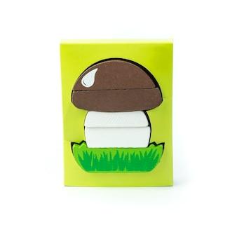 Brinquedo educacional infantil para o desenvolvimento de habilidades motoras, uma pirâmide em forma de cogumelo, sobre um fundo branco.