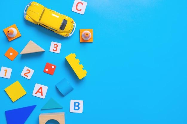 Brinquedo educativo de criança e estacionário para o conceito de escola