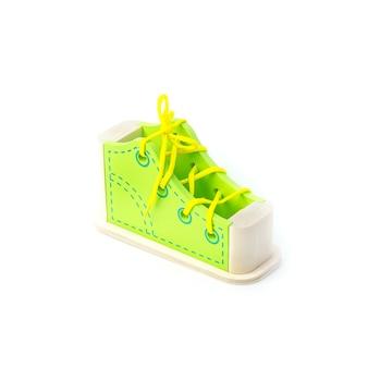 Brinquedo educativo infantil para o desenvolvimento de habilidades motoras, sapato com cordão, sobre fundo branco.