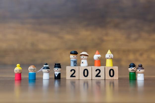 Brinquedo em miniatura: boneca de madeira com número de bloco de madeira 2020