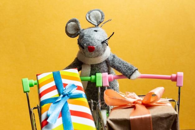 Brinquedo fofo de rato cinza com caixa de presente e carrinho de compras