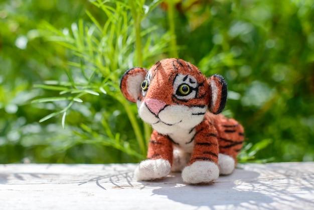 Brinquedo fofo engraçado tigre de lã feito à mão, feltragem de lã