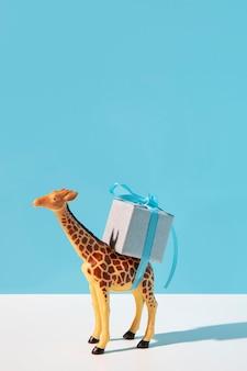 Brinquedo girafa carregando presente