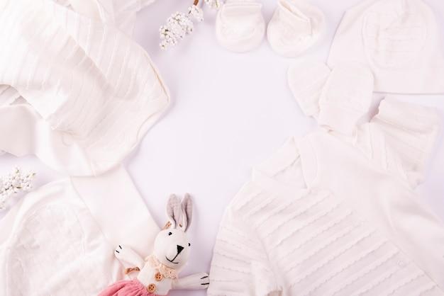 Brinquedo macio e roupas de bebê