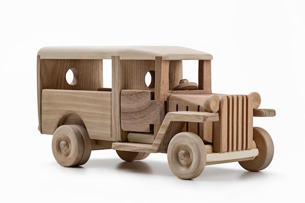 Brinquedo, modelo de carro de madeira feito de madeira. tiro do estúdio.