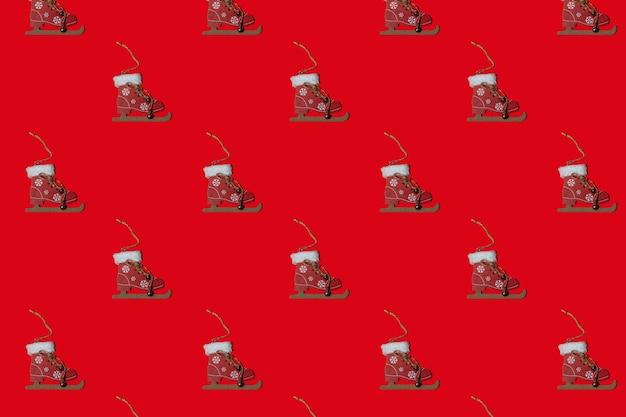 Brinquedo patern horizontal de natal em uma árvore de natal em um fundo vermelho. conceito de ano novo. minimalismo