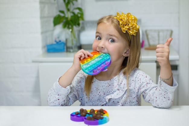 Brinquedo popit fidget e chocolate