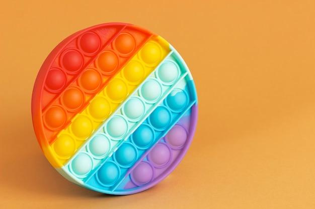 Brinquedo popular com as cores anti-stress do arco-íris, feito de silicone. foco seletivo.