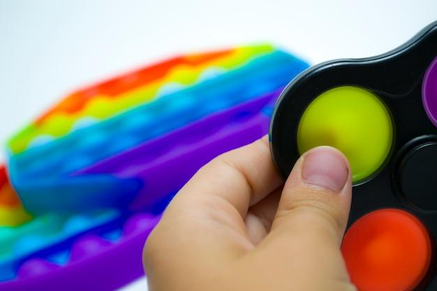 Brinquedo sensorial antistress moderno colorido fidget push pop e covinha simples nas mãos das crianças