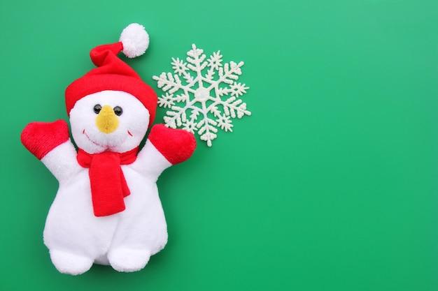 Brinquedo sorrindo boneco de neve e floco de neve com copyspace