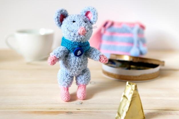 Brinquedo tricotado em mesa de madeira de bichos de pelúcia de crochê