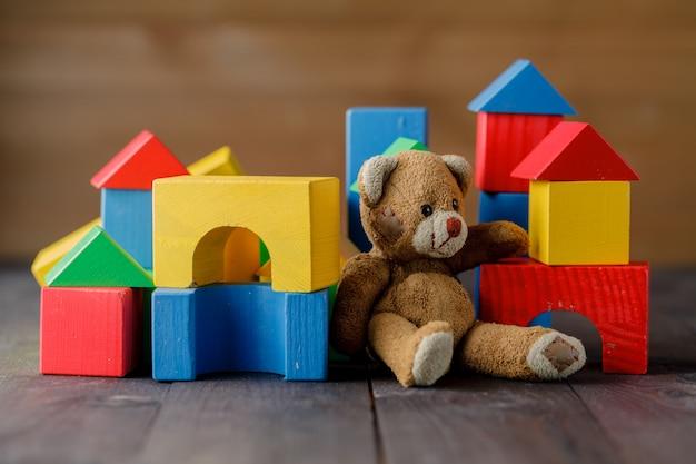 Brinquedo urso retrô sozinho no chão de madeira
