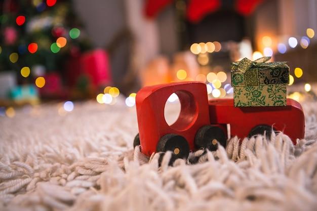 Brinquedo vermelho com um presente