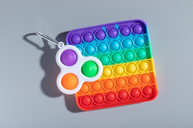 Brinquedos anti-stress arco-íris pop it e simple dimple para o desenvolvimento de habilidades motoras finas