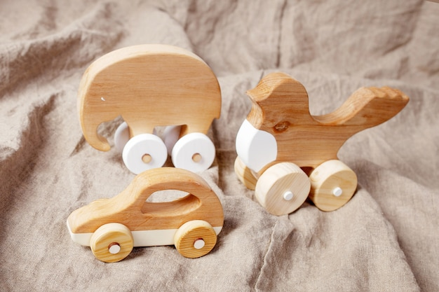 Brinquedos artesanais de madeira bonitos para crianças