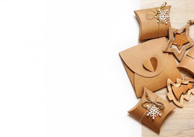 Brinquedos artesanais de madeira e caixas de natal para presentes de papel kraft
