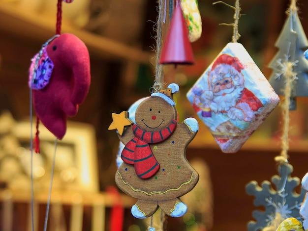 Brinquedos artesanais de natal pendurado em uma corda.