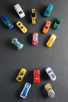 Brinquedos automotivos coloridos. o apartamento estava deitado, em um cinza